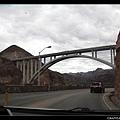 跨過大壩的橋,很壯觀!