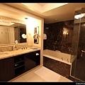 超豪華的 The Hotel。浴缸夠我們全家四人一起泡澡~~ 牆上還有大螢幕電視!