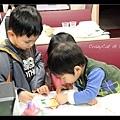 晚餐時小孩們玩貼紙