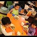 小孩們在小孩桌乖乖吃飯(大概只有乖了5分鐘..)IMG_7796