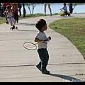 Q寶還在玩羽毛球.. (陳小牛是在壓車過彎嗎?呼!)