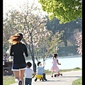 三小朋友一起出發陪阿姨慢跑