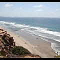步道就在沙灘上方,底下的人像螞蟻一樣小