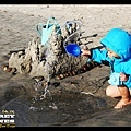 不過Q寶馬上精神抖擻地開始玩沙玩水 (快門1/1000,照到水在空中凝結的樣子真有趣)
