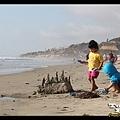 玩沙的孩子最可愛