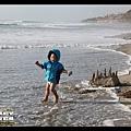 Q寶的膽子比姊姊大多了,浪一退就衝上前去踩水
