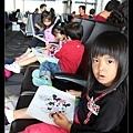 機場候機中(與梅玲的兩個女兒一起畫畫)
