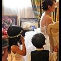 宴客當天。小花童著裝完畢,正在看新娘子化妝