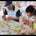 用模型把陶土切成各種形狀