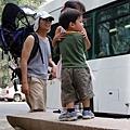 搭公車回到咖哩村。