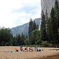 坐在沙灘上看小孩的悠閒父母們