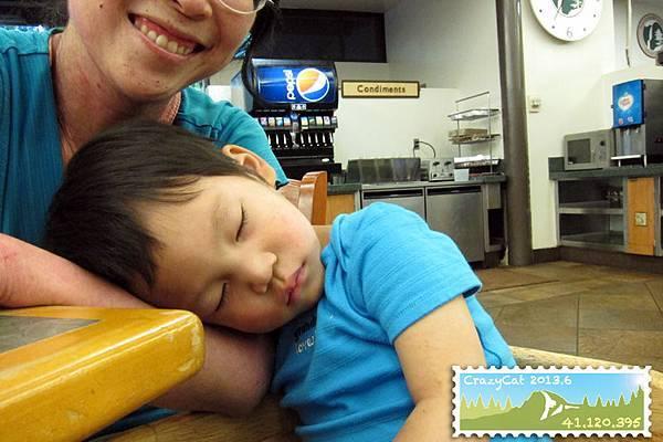 在 Yosemite Lodge 晚餐,Q寶大吃一頓之後就在高椅子上枕著我的手睡著了
