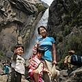 靠近一點兒看 lower fall 小孩子爬石頭就很高興 :p