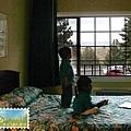 一進旅館就被電視卡通黏住的小鬼。 (我們的房間可以看到湖!)