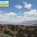 近處是沙漠,遠方有層層疊疊的山
