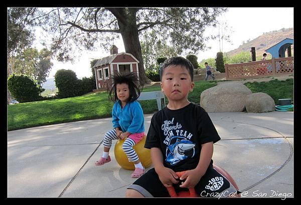 放學時接陳小牛,正在玩跳跳球