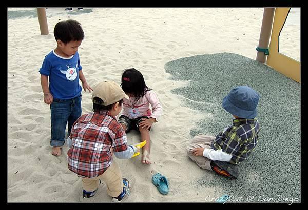 一人帶四個小朋友在公園玩還滿有成就感的 :p