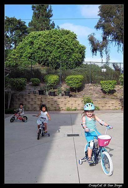 與鄰居Julia小姊姊在車庫門前騎車