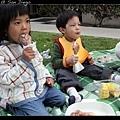 兩個小孩最愛吃烤雞腿