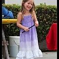 魔術表演開始了,被叫上台幫忙的小女孩超可愛