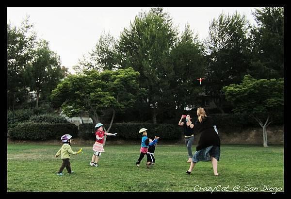 與鄰居小朋友一起玩可以飛很高的「彈弓竹蜻蜓」