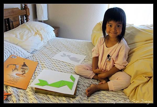 陳小牛破病在家,玩媽媽新做好的七巧板