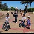 野餐完畢,拿出腳踏車溜小孩