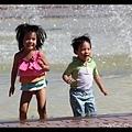 衝進噴水池的野小孩