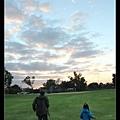 酷愛玩竹蜻蜓的陳小牛與紀叔叔背影