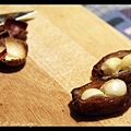 舒唯把夏威夷豆夾進椰棗中間,說是正統的吃法。