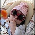 回程車上,Q寶戴墨鏡忽然變得像女生。哈哈
