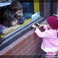 與餐廳裡的小朋友隔著玻璃窗玩