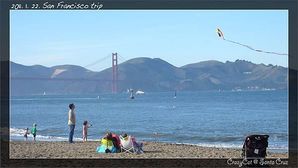 有個光屁股的小孩在放風箏 :p