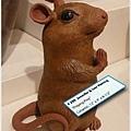 很逗趣的老鼠雕塑
