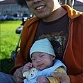 也和爸爸合照一張(Q寶顯然對於從推車裡被抱出來不太滿意 :p)