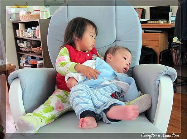 4/15 Q寶:「姊妳不能抱好一點嗎」陳小牛:「我很想啊,但是你很重耶」