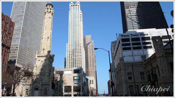 照片右邊仿水塔風格的大樓其實是遊客中心