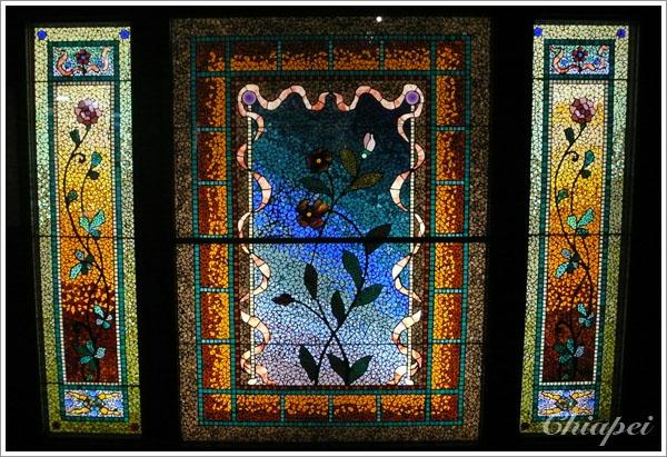 某個房子裡展示著各種彩色拼花玻璃