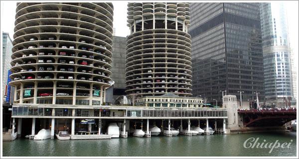 玉米大樓的底下停滿船隻