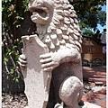 城堡裡有好多這樣捧著盾牌的石獅雕像,不知有什麼特別意義?