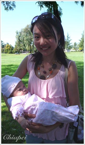 9/26 嘉泰阿姨很怕貝比在她手中哭了很沒面子,抱得小心翼翼