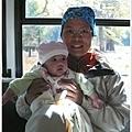 寶寶生平第一次坐公車!耶! :p