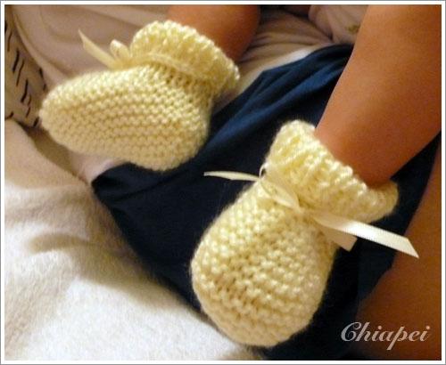 寶寶試穿白色毛線鞋