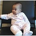 寶寶坐在候機室