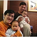 12/24 陳小牛與小棒棒哥哥合照