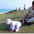 寶寶在體驗草地的質感,很新奇