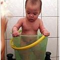 「這水桶真小,我都要爬出來了!」