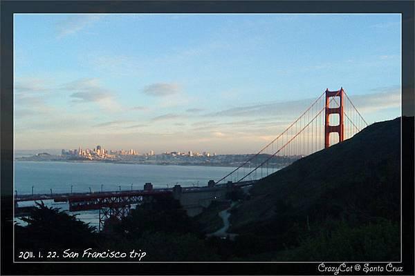 暮色中閃閃發亮的金門大橋與市區