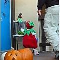遇到沒人在的房子竟然知道直接走去籃子拿糖果!
