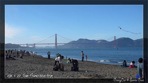 沙灘上好多遊客!
